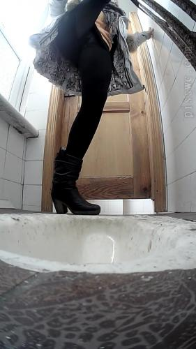 Young Girls Piss in the Toilet [UltraHD/2K 1280P]