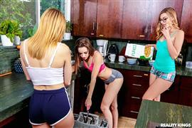 welivetogether-19-04-07-alexa-grace-and-kimmy-granger-use-my-shower-and-my-slit.jpg